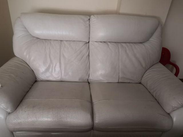 sofá de piel blanco