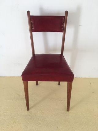 Silla de madera con tapizado rojo