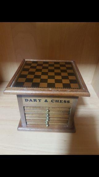 juego ajedrez, dardos y posavasos
