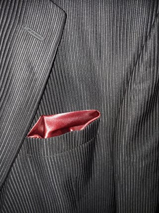 traje de novio con camisa y corbata