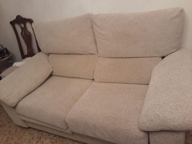 sofá dos plazas algo extraible. Muy cómodo.