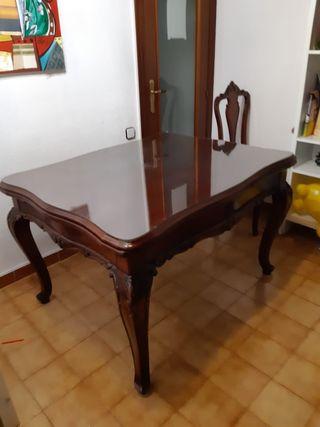 Mesa antigua con sillas de madera maciza