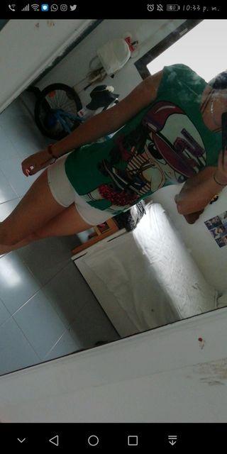 Camisa verde con dibujo de patinadora.