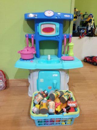 Cocinita infantil con cesto de comiditas