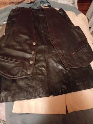 falda y chaleco de piel marrón