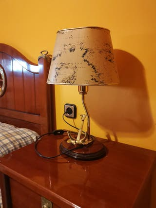 Mesita de noche, silla, escritorio, lámpara,...