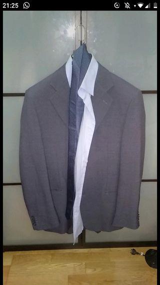 Traje completo con camisa y corbata