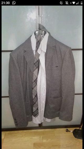 Traje completo con camisa, cinturón y corbata
