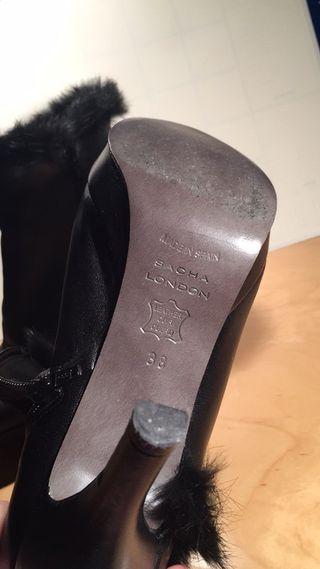 Botín al tobillo de piel negra con tacón