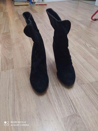 Botines negros media caña, talla 35.