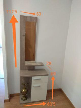 Mueble recibidor moderno con espejo.