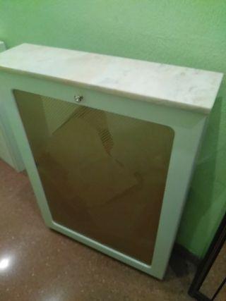 Cubre-radiador y armario de baño con espejo.