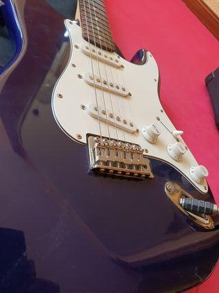 Guitarra electrica Squier con amplificador