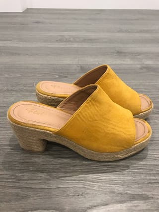 Sandalia de tacón color mostaza.