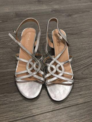 Sandalias plateadas de boda