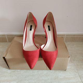 Zapatos de tacón rojo.