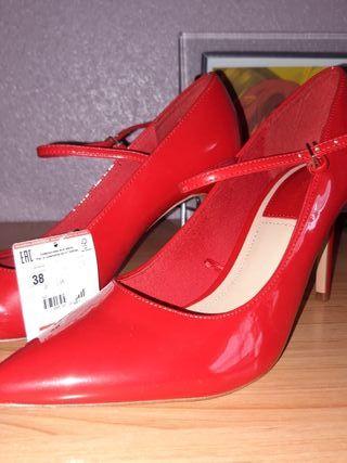 zapato tacón rojo. Stradivarius