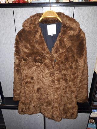 * abrigo de pelo sintético marrón