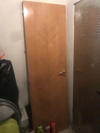 Puerta de cuarto de baño madera color miel
