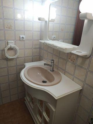 Vendo mesa de baño,mesa marrón,espejo y posatoalla