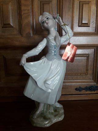 Antigua figura de porcelana Tengra