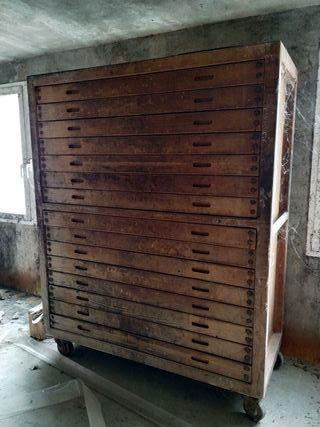 Mueble cajonera antigua de panadería.
