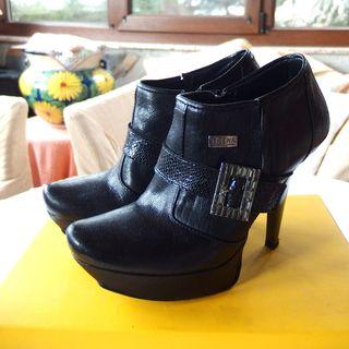 zapato negro tacón con hebilla brillante