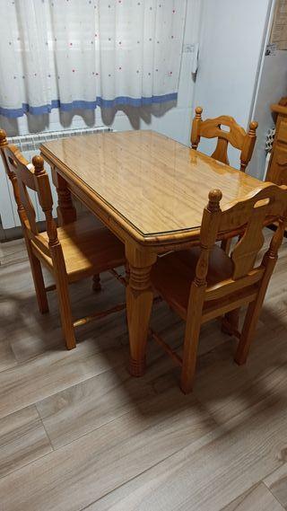 Mesa extensible y 4 sillas de pino macizo.
