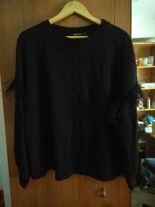 jersey con plumas en las mangas