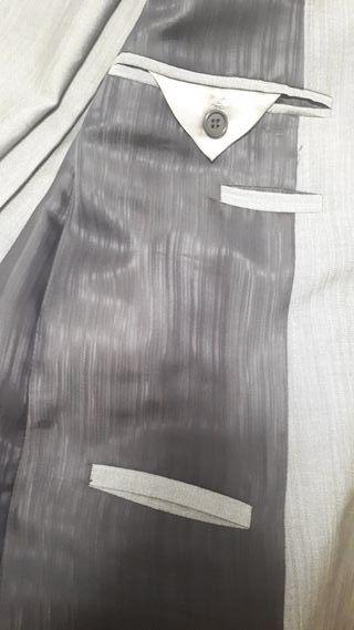 Traje de fiesta color plata marca Caramelo.