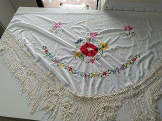 Mantón antiguo blanco bordado en colores