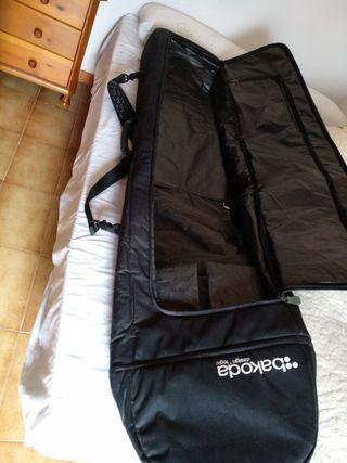 tabla snowboard con bolsa de viaje para tabla.