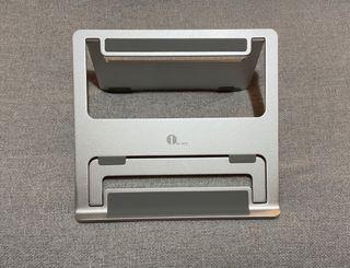 Soporte para portátil/tablet aluminio color plata.