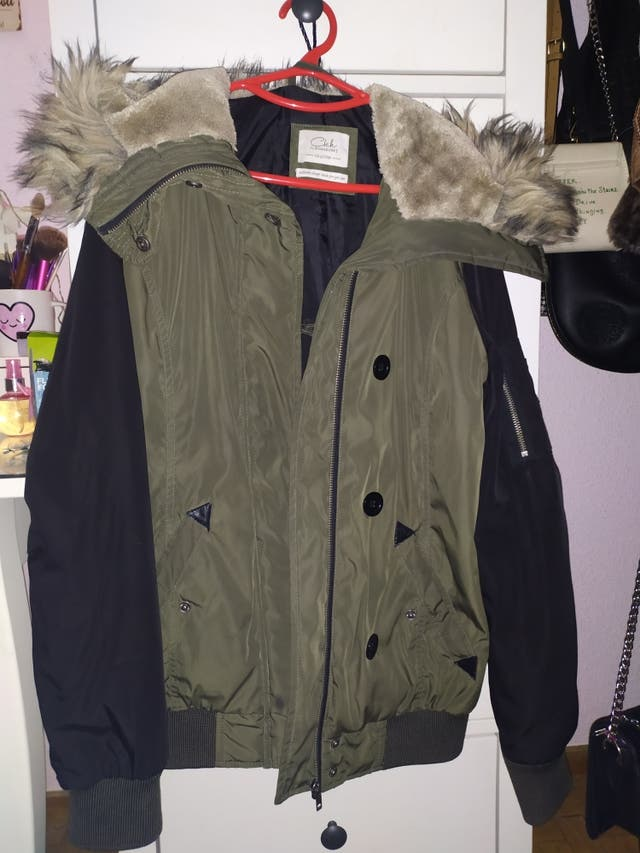 abrigo verde y negro