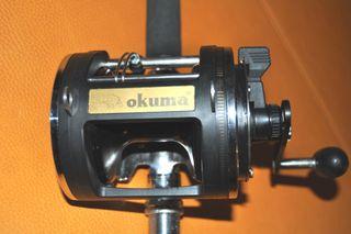 Carrete Okuma y caña de pescar a curricán