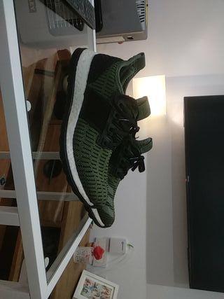 zapatillas Adidas con un par de puestas
