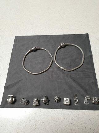 2 pulseras de Pandora y Charms.