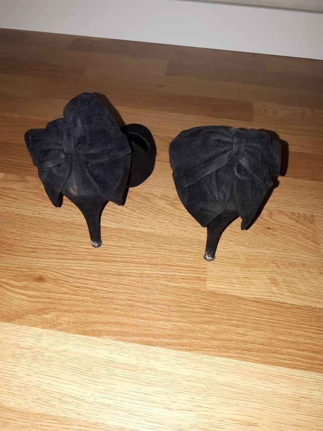 zapatos negros tacon con lazo