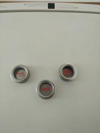 tres cajitas metálicas con imán para nevera