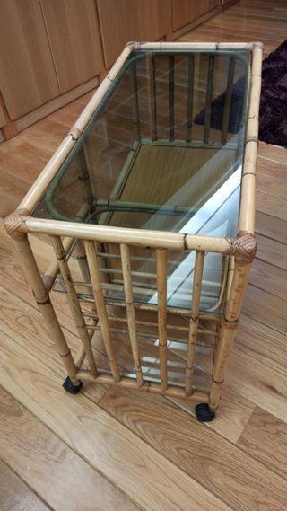 Mesa auxiliar de bambú con cristal y ruedas