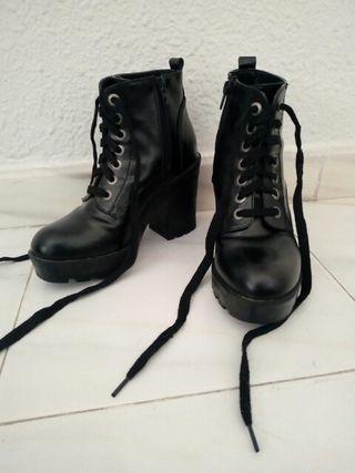 Botas o botines negros con tacón