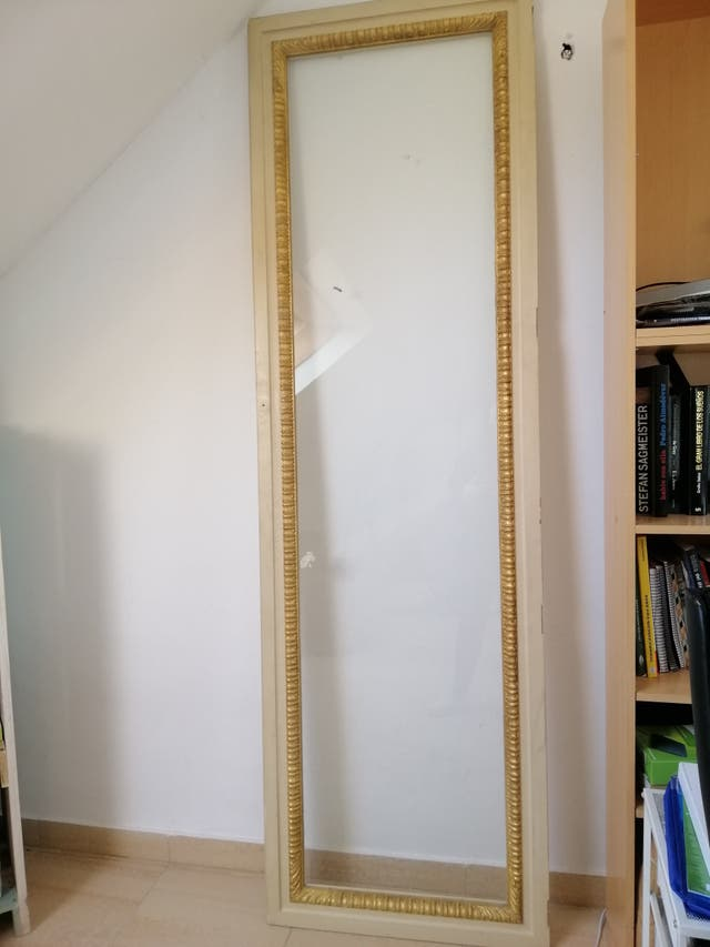 Puerta de ventanal antigua con cristal