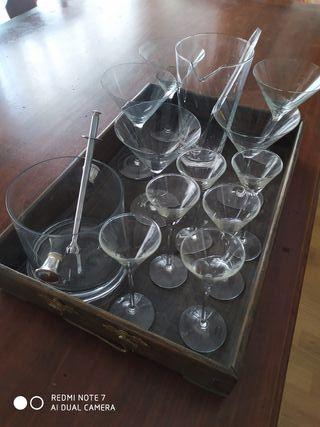 Copas de Martini y de licor, además de Coctelera