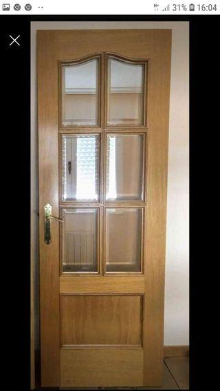 Puerta de madera de cristales