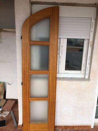 Puerta de madera dividida con cristal