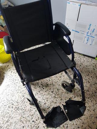 silla de ruedas con reposapies