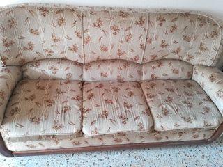 Mobiliario de Salón: sofás, mesa, armario grande..