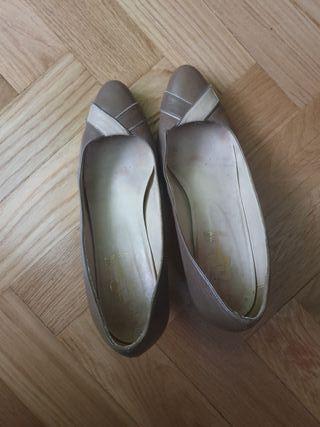 Zapatos de tacón color beige de charol