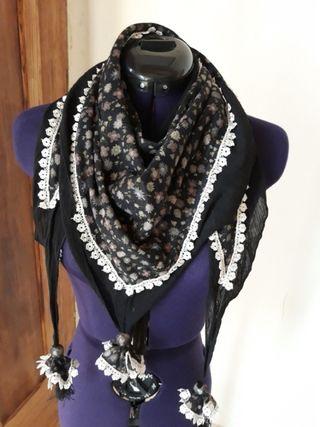 Pañuelo bufanda negro flores