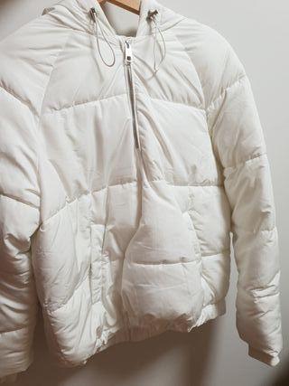 Plumifero blanco capucha